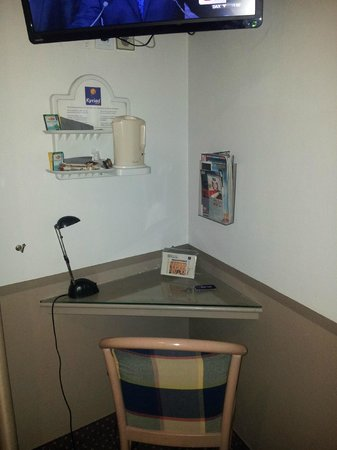 Kyriad Nimes Centre: Desk are in room with kettle