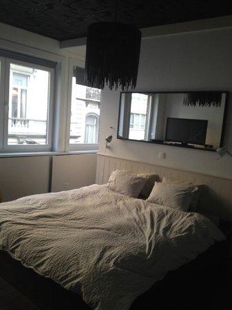 B&B Fin du Monde: Habitación, tras el cabecero hay un enorme armario