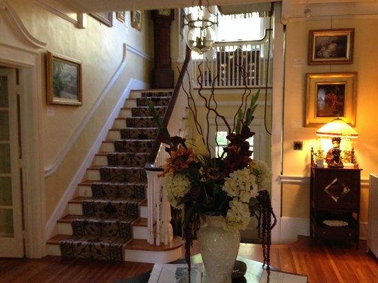Juniper Hill Bed & Breakfast: Entry into Mansion