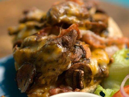 Sentido Comun - Bar: SÁNDWICHES ABIERTOS  DE LOMITO:  - Con mayonesa chipotle + Pimientos y Cebollas salteadas