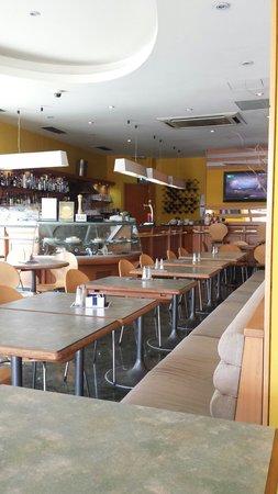 Milano Due: Il bar dell'albergo.