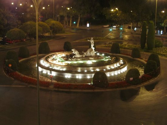 NH Collection Paseo del Prado: View of the fountain from my room at night