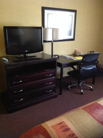 Best Western Town House Lodge: Tv and desk
