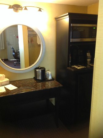 Best Western Town House Lodge : Vanity outside bathroom, fridge, microwave
