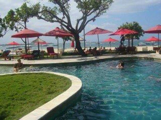 The Tanjung Benoa Beach Resort Bali: zwembad aan strand