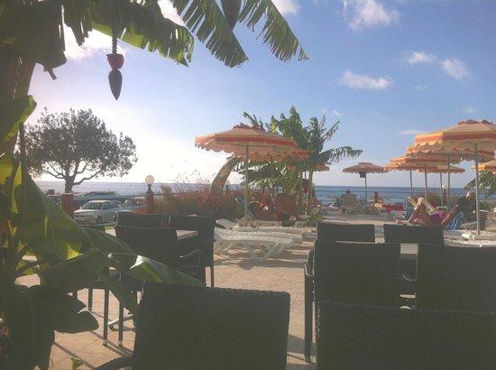 Hotel Kamari Beach: Ausblick von Terasse
