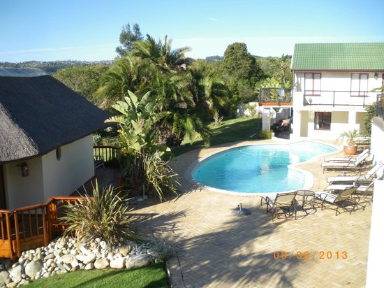 Knysna Country House: View of pool area from balcony