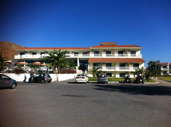 Hotel Kamari Beach: Blick vom Strand zum Haupthaus