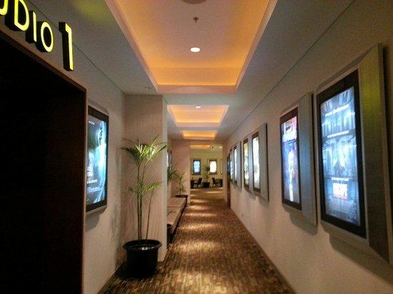 Beachwalk XXI Cineplex Bali: Hallway, so empty