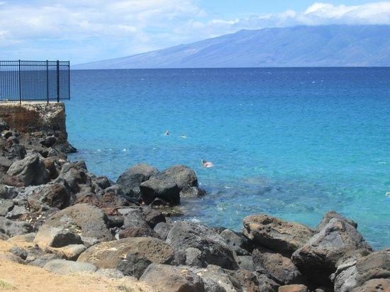 Ka'anapali Beach : taken of black rock