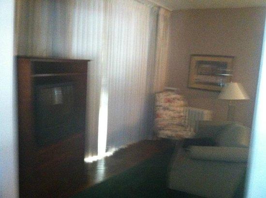 Beverly Hills Inn: living room