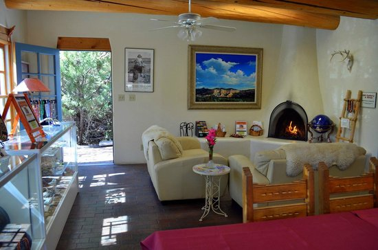 Inn at Pueblo Bonito Santa Fe: Dining and comunial room.