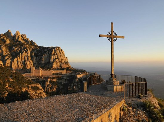 Montserrat, Espagne : The viewpoint of Sant Miquel overlooking the Monastery