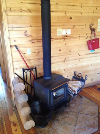 High Country Lodge: Wood burning stove