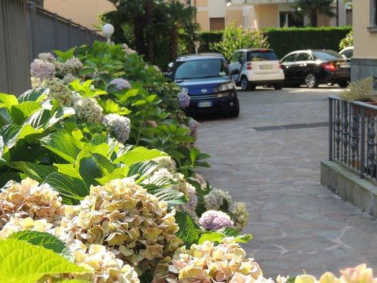 Camin Hotel Luino: Estacionamento florido