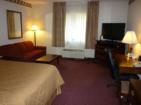 Baymont Inn & Suites Mundelein Libertyville Area: Spacious suite
