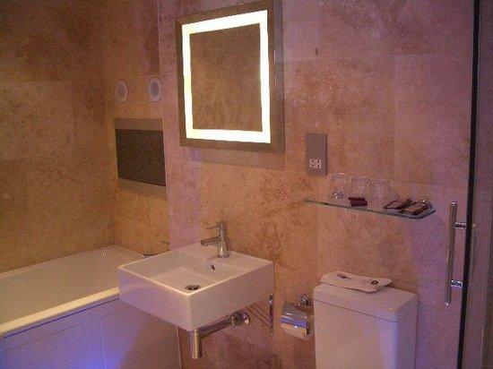 Elgin Hotel Blackpool: our bathroom