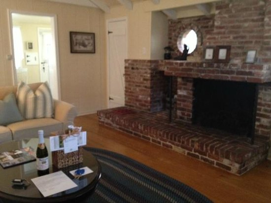 Carmel Cottage Inn : Living room, fireplace