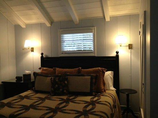 Carmel Cottage Inn : bedroom