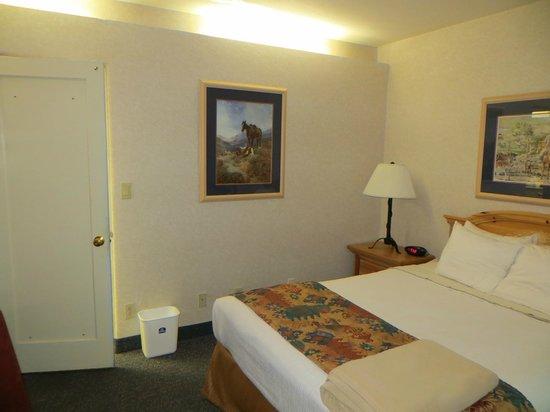 BEST WESTERN PLUS Frontier Motel: Queen room from front door