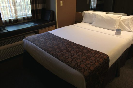 Microtel Inn & Suites by Wyndham El Paso Airport: Bed by the A/C