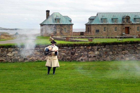 Le site historique national de la Forteresse de Louisbourg : Musket Demo
