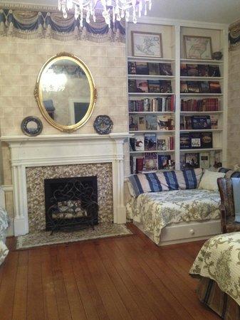 Bashford Manor Bed and Breakfast: Jane Austen Library