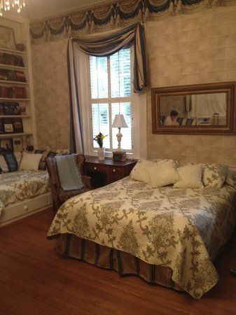 Bashford Manor Bed and Breakfast: Jane Austen Library