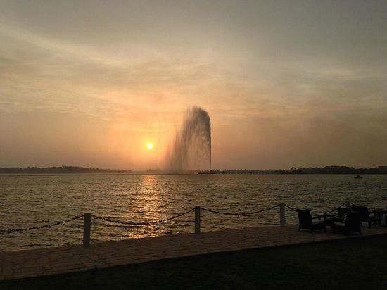 Park Hyatt Jeddah - Marina, Club & Spa: Sunset on the fountain from the hotel's front