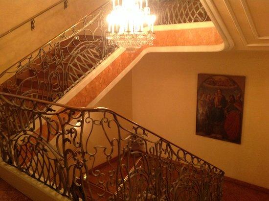 Bayerischer Hof Hotel: Treppe zum Frühstücksraum hinunter