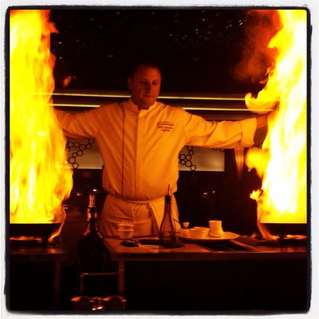 Atlantis Steakhouse at Atlantis Casino Resort Spa: Duel tableside preparation