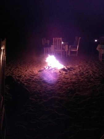 Etenna Bungalow: dining by the fire