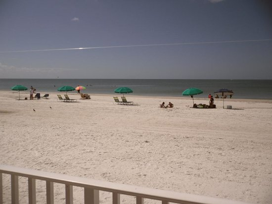 Sandpiper Gulf Resort : Wonderful large & clean beach