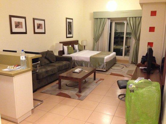 Tulip Hotel Apartments: Camera (divano e letto)