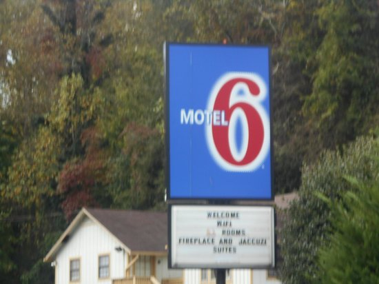 Motel 6 Gatlinburg Smoky Mountains: Sign says Wifi. don't count on it!