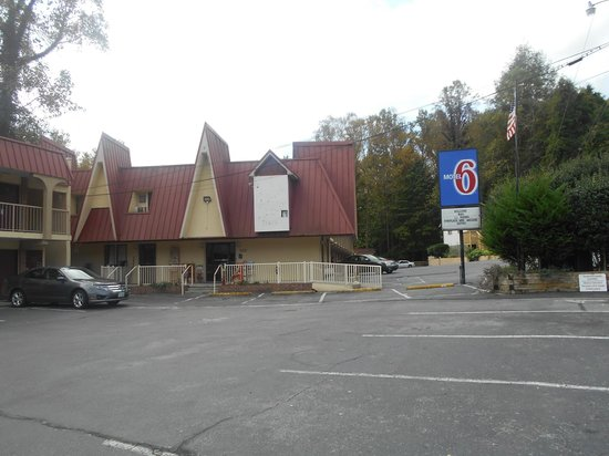 Motel 6 Gatlinburg Smoky Mountains: Exterior needs some TLC