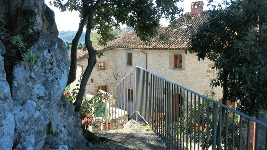 Agriturismo I Cerretelli: View of the main house from the grotto