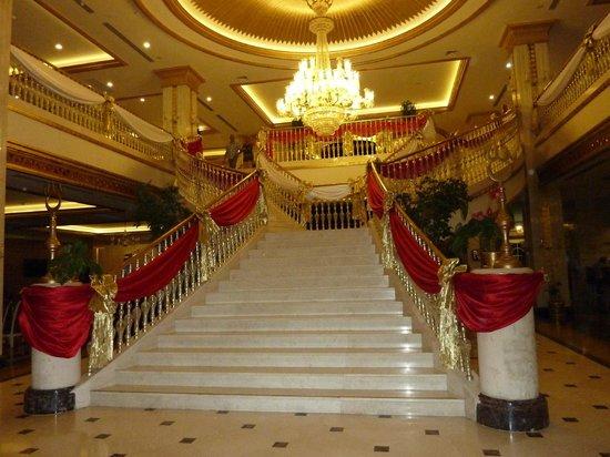 Crystal Palace Luxury Resort & Spa: Stunning stair case