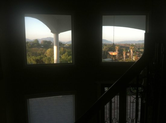 Que Syrah : Looking out from top of staircase