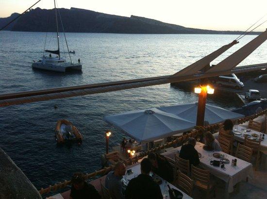 Ammoudi Fish Tavern: Traumhafter Ausblick von der oberen Terasse