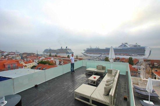 Memmo Alfama Hotel: Terrasse mit Blick auf den Hafen