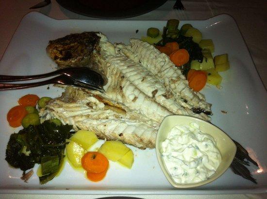 Ammoudi Fish Tavern: Fangfrische Goldbrasse mit Gemüse.Natürlich kostet Qualität auch einen angemessenen Preis.Dieser