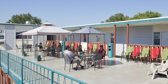 Scott's Inn and Restaurant - Kamloops: Roof Top Sun Deck & BBQ Area