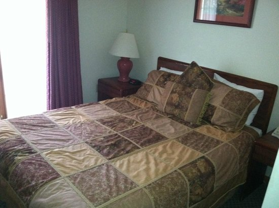 Grey Fox Inn & Resort : Our bed, room 5