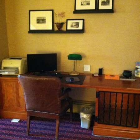Grey Fox Inn & Resort : Desk/computer area of lobby