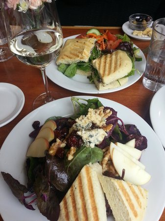 Creekside Cellars Winery and Cafe: Wonderful salads, soups and wines