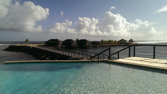 Aga Reef Resort: The view from the main house out to the pool & other fales.