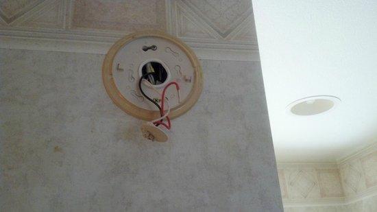 Aston Aloha Beach Hotel: Missing Smoke Detector