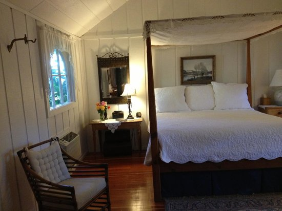 Belle de Jour Inn: The four-poster bed in Caretaker's Suite