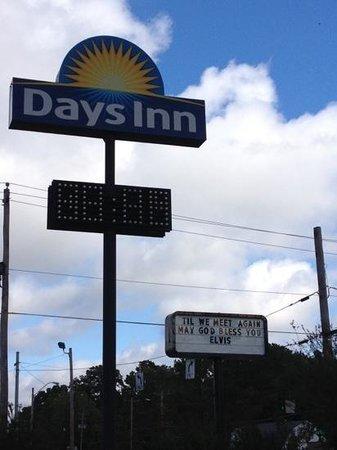 Days Inn Memphis at Graceland: hotel sign, nod to John Lenon's respect for Elvis